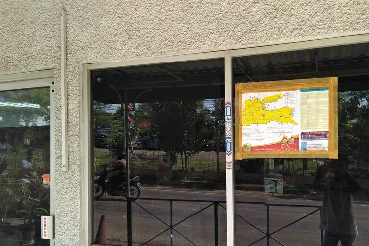 Kaca di pos lalu lintas yang ada di kawasan Wisata Bahari Lamongan (WBL).