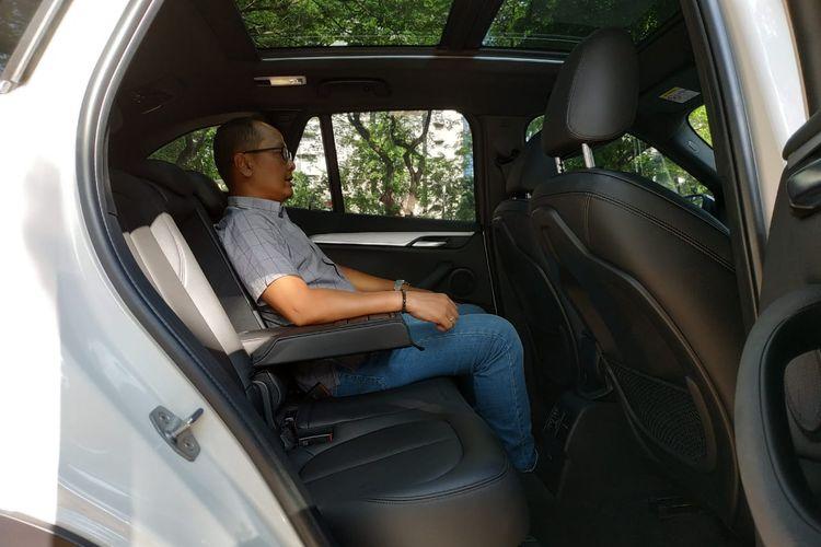 Ruang kaki dan kepala di baris kedua BMW X1 lapang