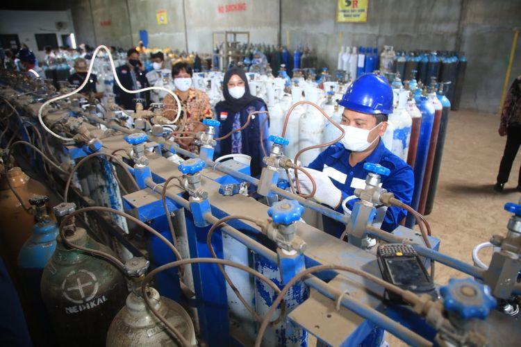 Bupati Banyuwangi Ipuk Fiestiandani saat meninjau langsung gudang penyedia tabung oksigen, PT Samator, Jumat (9/7/2021).
