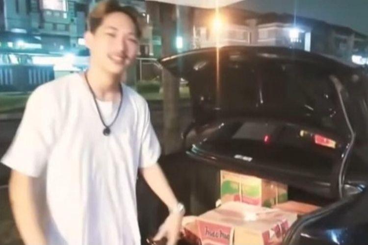 YouTuber Ferdian Paleka kini jadi buronan polisi terkait kasus prank sembako berisi batu dan taoge busuk.