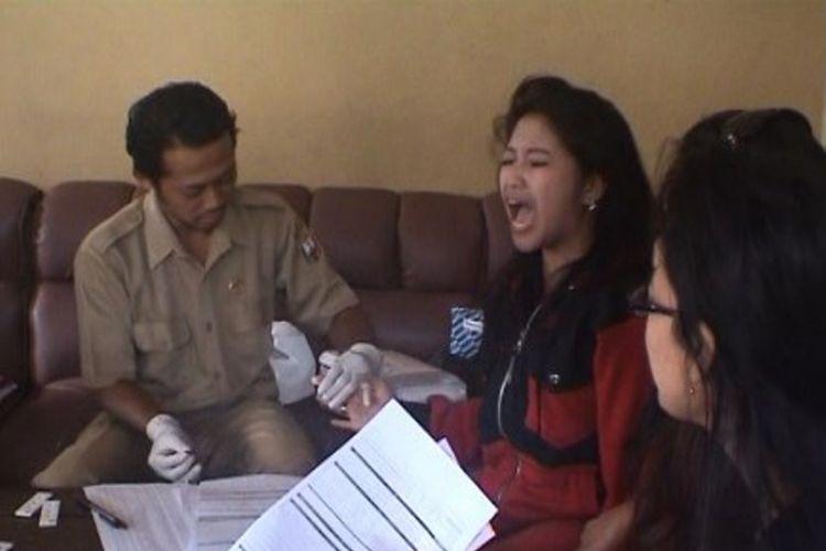Petugas kesehatan rutin memeriksa kondisi Para Pemandu Karaoke di Bandungan, sebagai upaya pencegahan penyakit menular dan HIV AIDS, Selasa (15/5/2018)