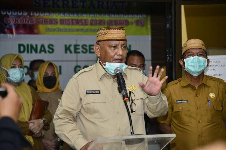 Gubernur Gorontalo Rusli Habibie saat memberikan keterangan pers usai video confrence dengan bupati/wali kota dan forkopimda di posko Gugus Tugas, dan Dinas Kesehatan.