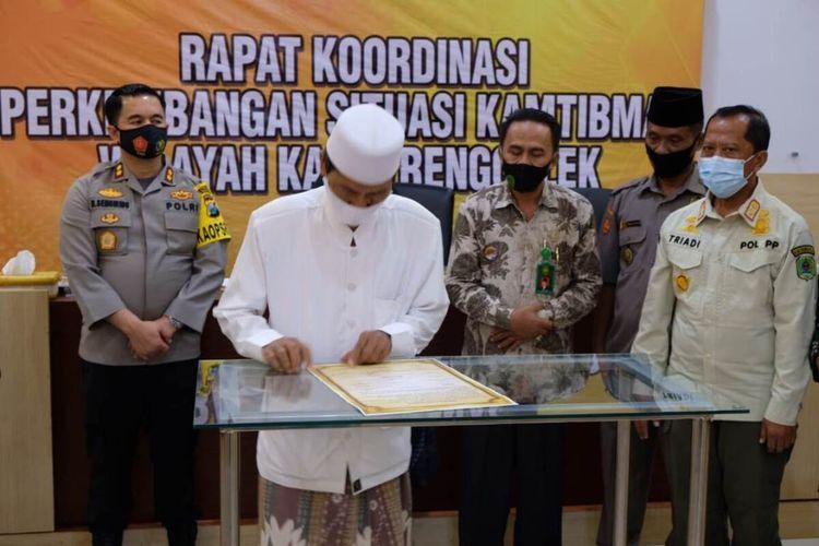 Salah satu tokoh Agama di kabupaten Trenggalek menandatangai pernyataan sikap, terkait penolakan unjuk rasa yang bersifat anarkis, di Mapolres Trenggalek Jawa Timur, Jumat (16/10/2020).