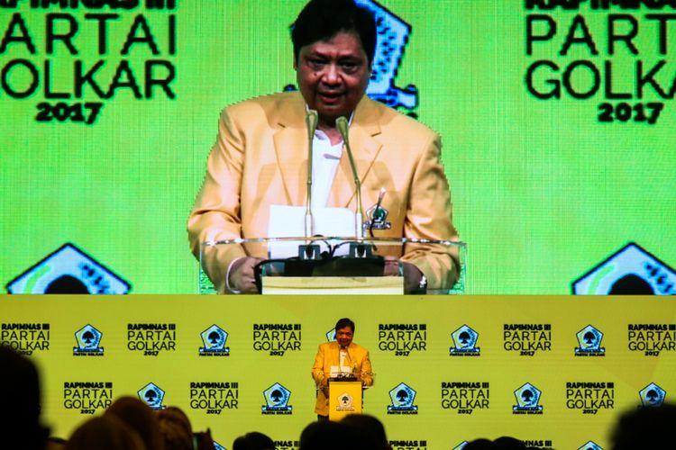 Ketua Umum DPP Partai Golkar, Airlangga Hartarto menyampaikan pidato perdana saat pembuka Rapat Pimpinan Nasional (Rapimnas) Partai Golkar di JCC, Senayan, Jakarta, Senin (18/12/2017). Rapimnas tersebut merupakan kelanjutan dari rapat pleno pada Rabu (13/12/2017) yang telah memilih Airlangga Hartarto selaku Ketua Umum Golkar menggantikan Setya Novanto sebagai pengisi jabatan lowong.