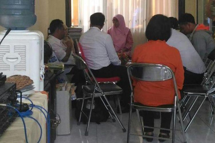 Mediasi antara pihak sekolah dan keluarga siswi didampingi polisi dan dinas pendidikan di SDN Dr Soetomo Surabaya, Rabu (8/2/2017)