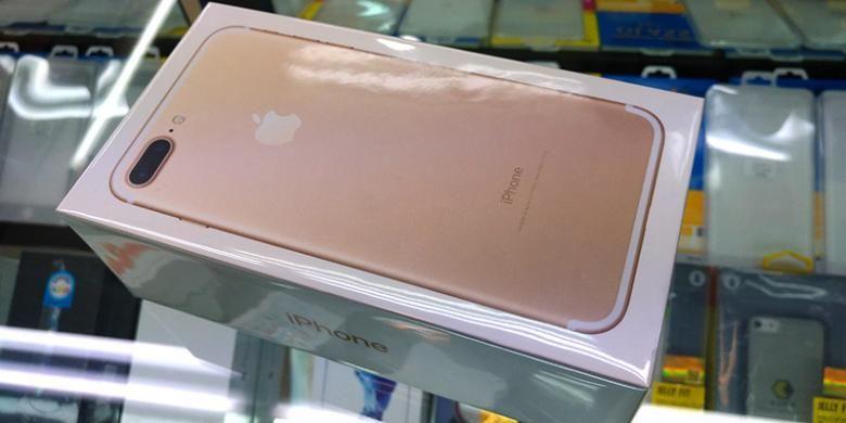iPhone 7 Plus varian warna gold 128 GB yang ditunjukkan ke KompasTekno oleh salah satu pedagang di pusat perbelanjaan ITC Kuningan, Jakarta, Rabu (21/9/2016). iPhone 7 dan iPhone 7 Plus yang beredar di sini merupakan barang non-resmi.