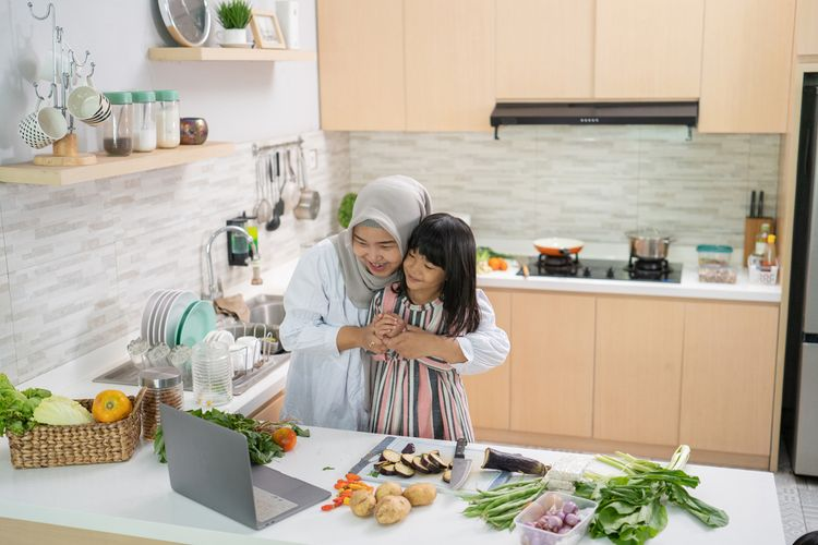 Ilustrasi memasak bersama menyambut Lebaran.