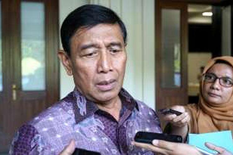Menteri Koordinator bidang Politik, Hukum dan Keamanan Wiranto usai rapat koordinasi khusus tingkat menteri yang membahas soal isu Tenaga Kerja Asing (TKA), di kantor Kemenko Polhukam, Jakarta Pusat, Jumat (6/1/2017).