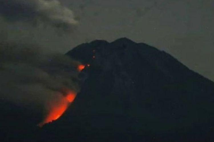 Gunung Semeru memuntahkan guguran dan lava pijar sebanyak 13 kali dengan jarak luncur kurang lebih 500 hingga 1.000 meter dari ujung lidah lava ke arah Besuk Kobokan.