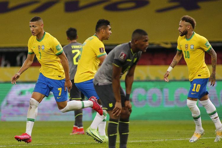 Penyerang Brasil Richarlison (kiri) merayakan gol ke gawang Ekuador pada laga lanjutan Kualifikasi Piala Dunia 2022 Zona Amerika Selatan di Stadion Beira-Rio, Sabtu (5/6/2021) pagi WIB.