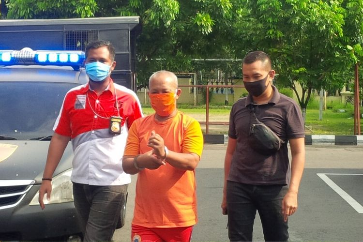 Tersangka kasus dugaan pembunuhan terhadap dua orang warga di rumah kontrakan berinisial C alias G saat diamankan di Mapolresta Solo, Jawa Tengah, Rabu (15/4/2020).