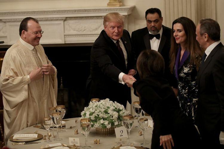Presiden AS Donald Trump menyambut tamu pada acara buka puasa bersama di Gedung Putih, Washington DC, Senin (13/5/2019). (AFP/GETTY IMAGES NORTH AMERICA/WIN MCNAMEE )