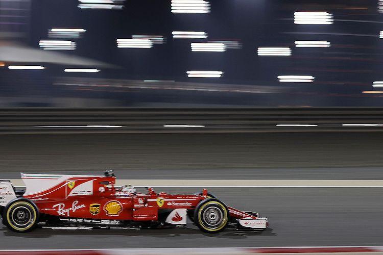 Pebalap tim Ferrari asal Jerman, Sebastian Vettel, memacu mobilnya pada sesi latihan kedua GP Bahrain di Sirkuit Internasional Bahrain, Sakhir, Jumat (14/4/2017).