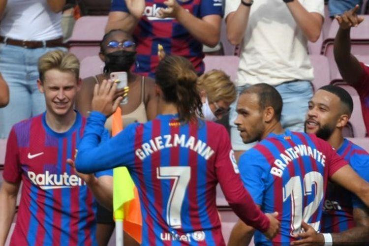 Memphis Depay (kanan) merayakan golnya bersama rekan satu timnya pada laga pekan ketiga kasta teratas <a href='https://manado.tribunnews.com/tag/liga-spanyol' title='LigaSpanyol'>LigaSpanyol</a>, LaLiga, yang mempertemukan <a href='https://manado.tribunnews.com/tag/barcelona' title='Barcelona'>Barcelona</a> vs Getafe di Stadion Camp Nou pada Minggu (29/8/2021) malam WIB.