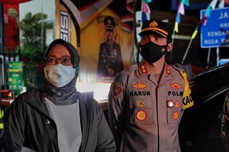 Bupati Bogor Ade Yasin didampingi Kapolres Bogor AKBP Harun seusai memutar balik bus berisi pemudik di pos penyekatan jalur Puncak Bogor, Jawa Barat, Rabu (13/5/2021), sekitar pukul 22.00 WIB.