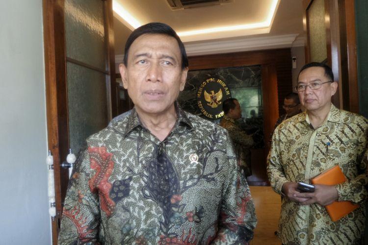 Menteri Koordinator Bidang Politik, Hukum dan Keamanan Wiranto saat memberikan keterangan usai bertemu dengan Wakil Perdana Menteri Singapura Teo Chee Hean di Kemenko Polhukam, Jakarta Pusat, Jumat (11/8/2017).