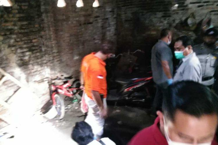Polisi menggelar olah TKP di dapur rumah HKN (16), siswi Madrasah Aliyah (MA) di Desa Kedungdowo, Kecamatan Kaliwungu, Kabupaten Kudus, Jawa Tengah, Rabu (5/5/2021).