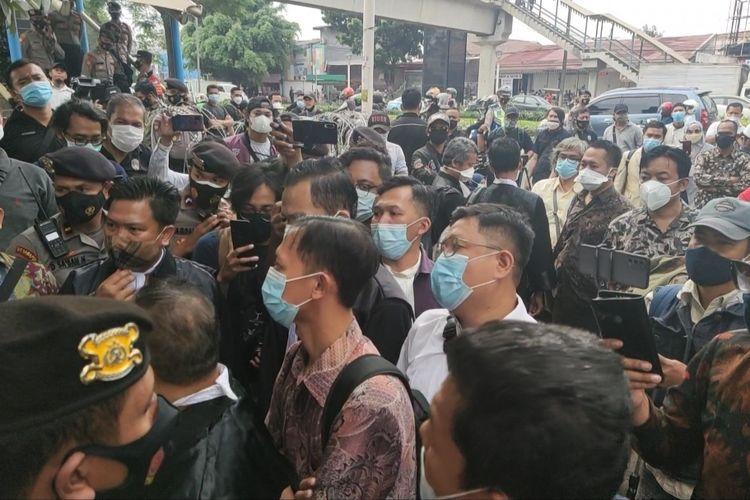 Tim kuasa hukum terdakwa Rizieq Shihab sempat berdebat panas dengan polisi yang berjaga di depan gerbang masuk Pengadilan Negeri Jakarta Timur, Jumat (19/3/2021) pagi.