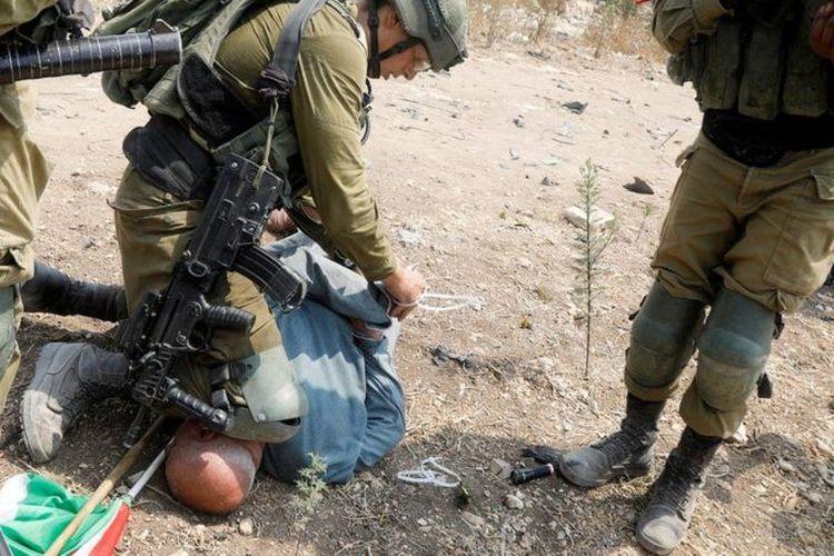 Potongan video memperlihatkan tentara Israel menindih leher Khairi Hanoon, seorang pria Palestina dalam insiden di dekat Nablus, Selasa (1/9/2020). Hanoon ditindih setelah dia ikut dalam aksi menentang permukiman Israel.