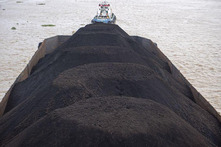 Sebuah kapal tongkang pengangkut batubara melintas di Sungai Musi, Palembang, Sumatera Selatan, Senin (15/2/2021).  ANTARA FOTO/Nova Wahyudi/rwa.
