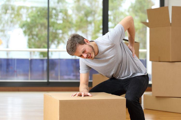 Ilustrasi sakit punggung karena mengangkat barang