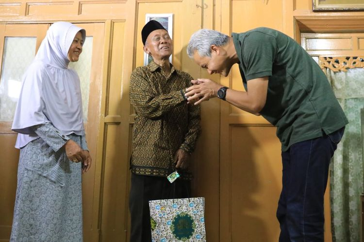 Gubernur Jawa Tengah Ganjar Pranowo bersilaturahmi ke kediaman gurunya Wagiyo Suratno di Tawangmangu, Kabupaten Karanganyar, Jawa Tengah, Jumat (7/6/2019). Wagiyo merupakan guru Ganjar saat Sekolah Dasar (SD).