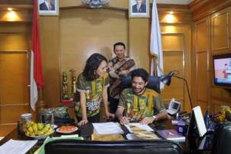Gubernur DKI Jakarta, Basuki Tjahaja Purnama atau Ahok (belakang), menerima Reza Rahadian (kanan) dan Bunga Citra Lestari (BCL) di ruang kerjanya, di Balai Kota Jakarta, Senin (9/5/2016).