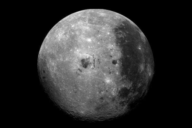 Penampakan permukaan Bulan, satelit Bumi yang diabadikan wahana antariksa NASA, Galileo melalui pencitraan Galileo Solid State.