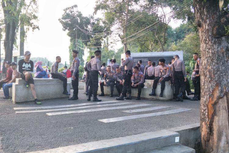 Polisi melakukan penjagaan di sejumlah titik di kawasan car free day  (CFD) atau hari bebas kendaraan bermotor di ruas jalan Sudirman-Thamrin, Jakarta Pusat. Hal ini dilakukan untuk mengamankan deklarasi #2019GantiPresiden yang rencananya akan digelar hari ini, Minggu (6/5/2018).
