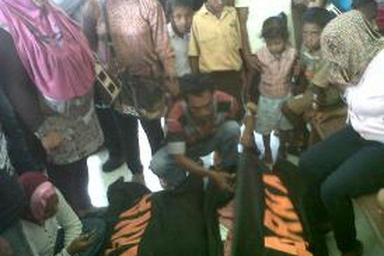 Tiga korban tewas kapal karam di Ambon, Jumat (24/8/2013).