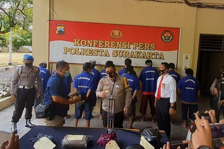 Kapolresta Solo Kombes Ade Safri Simanjuntak menyampaikan hasil ungkap kasus penyerangan acara adat midodareni atau doa jelang pernikahan di Mapolresta Solo, Jawa Tengah, Senin (21/9/2020).