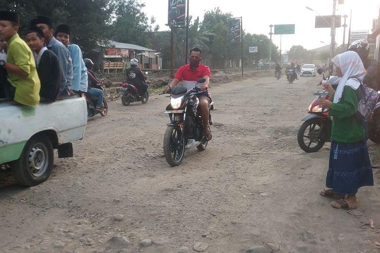 Jalan rusak di Kaliwungu Kendal, yang rusak karena sering dilewati truk bermuatan matrial jalan tol.