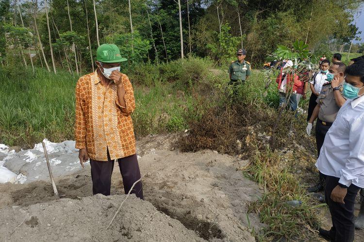 Wali Kota Kediri, Jawa Timur, Abdullah Abu Bakar saat menemui salah satu warga yang lahannya ketempatan limbah, Rabu (11/12/2019).