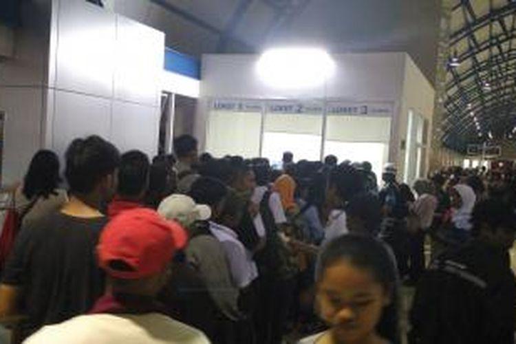 Penumpukan penumpang di Stasiun Palmerah karena Gardu di Stasiun Parung Panjang terbakar, Selasa (27/10/2015).