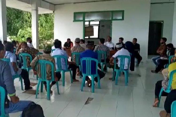 Warga menghadiri rapat pembahasan kriteria penerima BLT-DD di Kantor Desa Pulo Madu,  Kecamatan Pasilambena Selayar, Sulawesi Selatan.