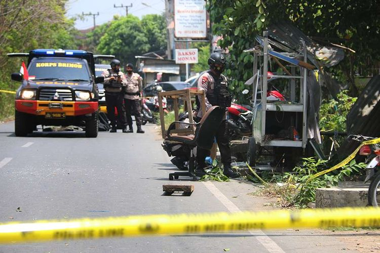 The National Police's bomb disposal team deploy to the scene after a suspected grenade explosion at a resident's house, Peunyerat Village, Bandar Raya District, Banda Aceh, Aceh, Monday (1/3/2021).