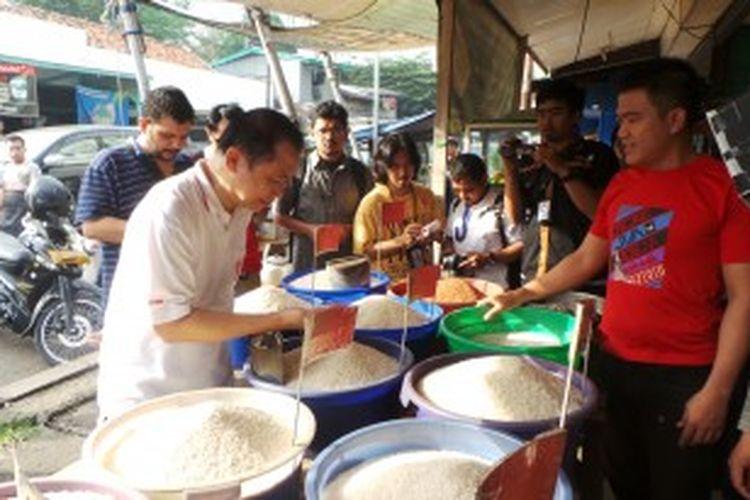 Ketua DPR RI Marzuki Alie saat memantau harga kebutuhan pokok di Pasar Palmerah,  Palmerah Selatan, Jakarta Pusat,  Jumat (21/6/2013).