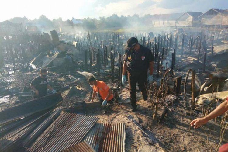 Anggota Inafis Polresta Palangkaraya melakukan olah TKP di lokasi kebakaran yang terjadi di Kelurahan Tumbang Rungan, Selasa (3/8/2021).