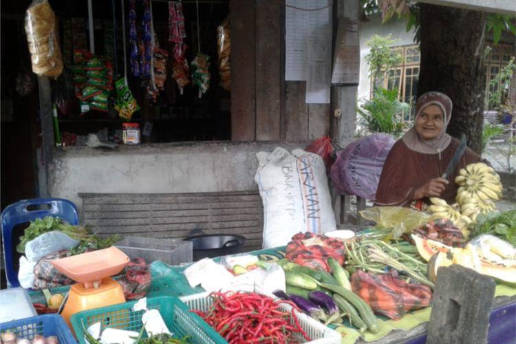Ibu Aula, Siti Narimah atau Mak Cut sedang berdagang sayur