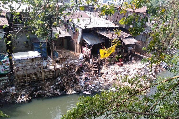 Penampakan lahan buatan dan rumah di bantaran Kali Ciliwung, Jakarta Timur, Rabu (14/8/2019)
