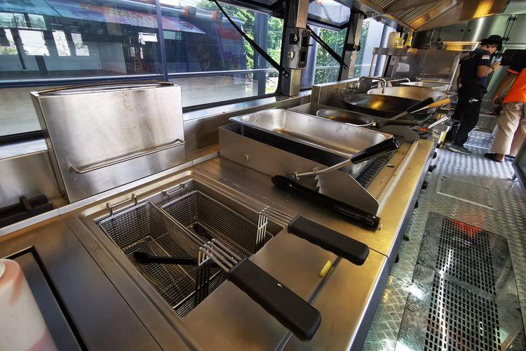 Dapur di dalam Humanity Food Bus buatan Laksana pesanan ACT