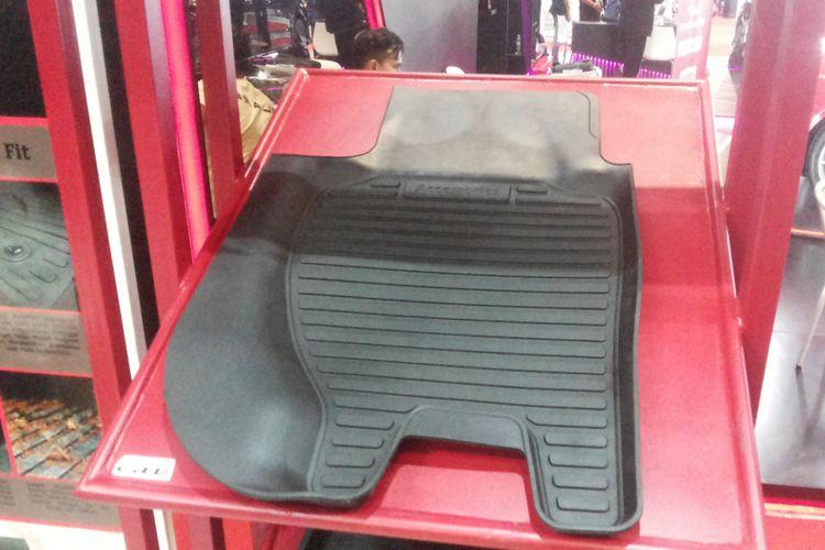 Salah satu jenis karpet mobil yang sudah dijual dengan harga diskon pada penyelenggaraan IIMS 2018, Jumat (27/4/2018).