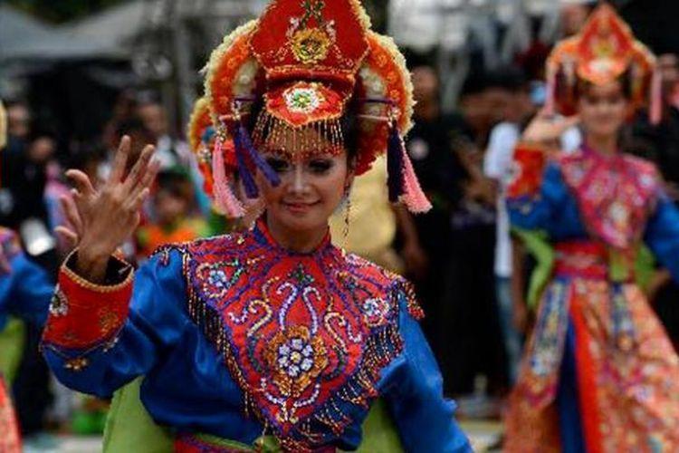 Tari-tarian khas Betawi ditampilkan pada pembukaan Pasar Seni Jakarta di Parkir Timur Gelora Bung Karno, Jakarta, Minggu (3/11/2013).
