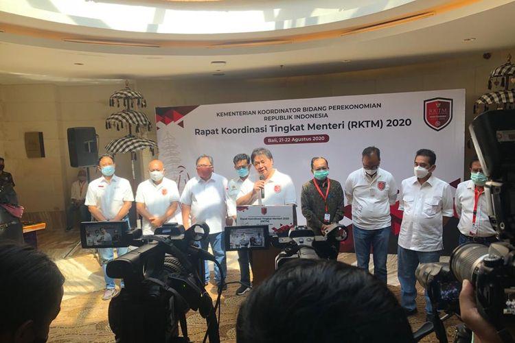 Menteri Koordinator Bidang Perekonomian Airlangga Hartarto memberi keterangan tentang Rapat Koordinasi Tingkat Menteri (RKTM) kepada awak media di Nusa Dua, Bali, Jumat (21/8/2020).