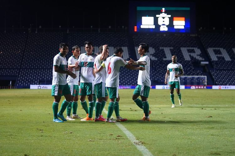 Pemain timnas Indonesia merayakan gol Egy Maulana Vikri pada laga leg kedua play-off Kualifikasi Piala Asia 2023 melawan Taiwan di Chang Arena, Buriram, Thailand, Senin (11/10/2021).