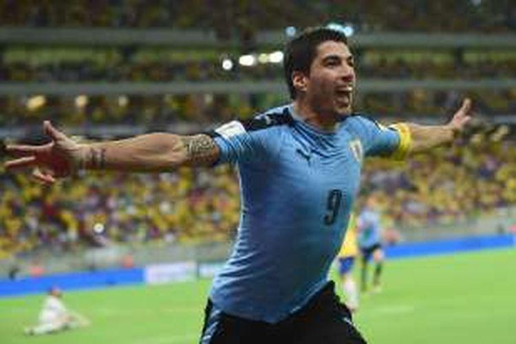 Penyerang Uruguay, Luis Suarez, merayakan gol ke gawang Brasil, pada laga kualifikasi Piala Dunia 2018 zona Amerika Selatan di Itaipava Arena, Sabtu (26/3/2016).
