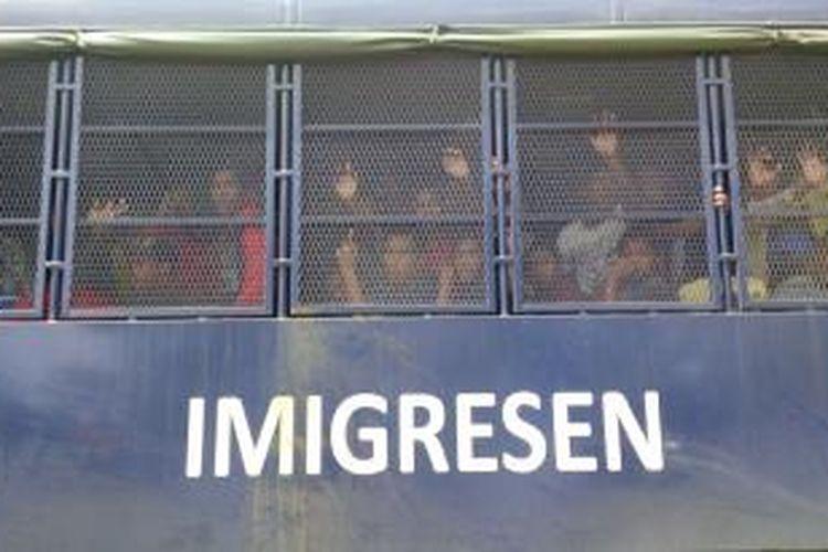 Ratusan TKI bermasalah yang dipulangkan diangkut menggunakan truk dari Depo Tahanan menuju Entikong (8/12/2015). Selanjutnya para TKI ini dibawa menuju Pontianak menggunakan sejumlah bus untuk ditampung sementara di Dinas Sosial.