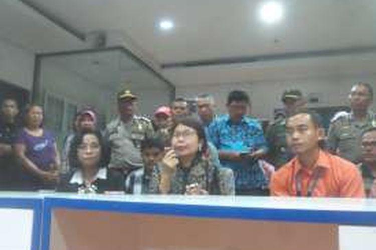 Direktur Jenderal Kefarmasian dan Alat Kesehatan Kemenkes, Maura Linda Sitanggang (tengah) saat memberikan keterangan persnya, di RS Harapan Bunda, Pasar Rebo, Jakarta Timur, Sabtu (16/7/2016).