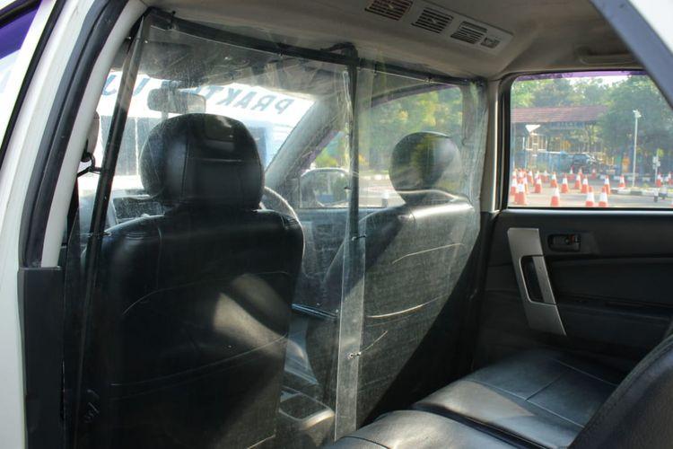 Sekat partisi pada mobil pengujian praktik SIM di Satpas Daan Mogot