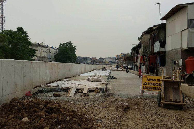 Jalan inspeksi yang dibangun dari Jembatan Tongtek hingga belakang SMAN 8 Jakarta setelah Sungai Ciliwung di Bukit Duri dinormalisasi sejak Juli 2017 lalu.